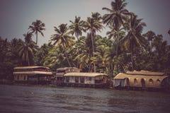 Allepey, Kerala, India, il 31 marzo 2015: Barche degli stagni Canali sul fiume nella città di Allapuzha Fotografia Stock