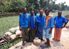 ALLEPPEY, INDIA - MARZO 2013: lavoratori agli stagni del Kerala Immagini Stock Libere da Diritti