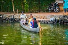 ALLEPPEY, INDIEN - 23. FEBRUAR: Ein nicht identifizierter Mann und Frauen sind Lizenzfreie Stockfotos