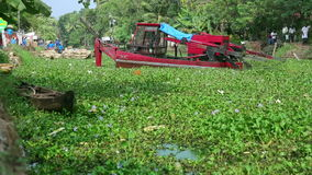 ALLEPPEY, LA INDIA - MARZO DE 2013: Cavador flotante en el trabajo metrajes