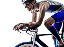 Aller à vélo de cycliste d'athlète d'homme de fer de triathlon d'homme photographie stock