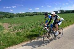 Aller à vélo ensoleillé images libres de droits