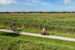 Aller à vélo récréationnel dans les domaines images stock