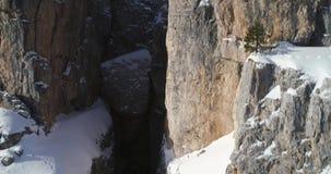 Aller antenne vers Cinque Torri majestueuse monte montrer la falaise rocheuse raide Jour ensoleillé avec le ciel nuageux L'hiver banque de vidéos