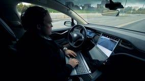 Aller electromobile sur un pilote automatique Entraînement automatisé futuriste d'individu de voiture électrique clips vidéos