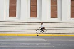 Aller partout en son vélo Vue de côté de jeunes toilettes d'homme d'affaires photos libres de droits
