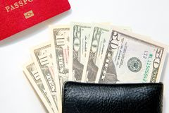 Aller se déplacer Passeport, argent sur le fond blanc Épargnez l'argent sur le voyage, prévoyant pour le concept de budget Vacanc Photo libre de droits