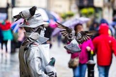 Aller silberne Straßenkünstler mit Tauben in Milsom-Straße, Bad, Großbritannien lizenzfreies stockfoto