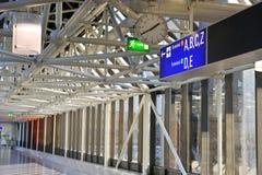 Aller sur le bon terminal dans l'aéroport Image libre de droits