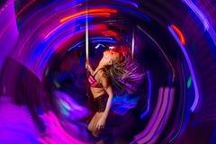 Aller-vont le danseur dans la boîte de nuit Photographie stock libre de droits