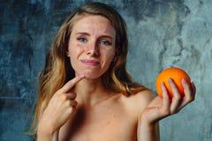 Allergi på apelsinen royaltyfri fotografi