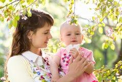 Allergia al fiore. Naso di salto del bambino e della madre all'aperto Immagine Stock Libera da Diritti