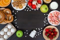 Allergia alimentare Allergeni e pillole di antihistamin con lo spazio della copia immagini stock