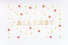 allergia Allergeni, pillole dell'antistaminico, allergie stagionali Disposizione minima del piano Fotografia Stock