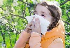Allergia dei fiori del bambino ragazza che starnutisce Immagini Stock Libere da Diritti