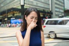Allergia del naso di sensibilità della donna ad all'aperto Immagini Stock Libere da Diritti