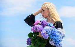 Allergia del polline Fioritura di primavera La femmina adora i fiori Attributi della primavera Goda della molla senza allergia L' fotografia stock