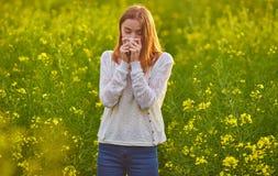 Allergia del polline, ragazza che starnutisce Fotografie Stock