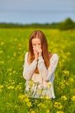 Allergia del polline, ragazza che starnutisce Fotografia Stock Libera da Diritti