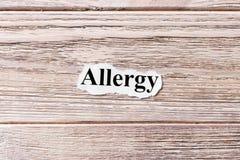 Allergia della parola su carta Concetto Parole dell'allergia su un fondo di legno Fotografie Stock Libere da Diritti