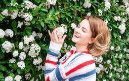 Allergia della primavera Bella donna che gode dell'albero di fioritura della natura Fotografie Stock
