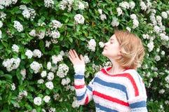 Allergia della primavera Bella donna che gode dell'albero di fioritura della natura Fotografie Stock Libere da Diritti