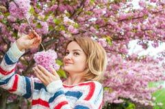 Allergia della primavera Bella donna che gode dell'albero di fioritura della natura Immagine Stock Libera da Diritti
