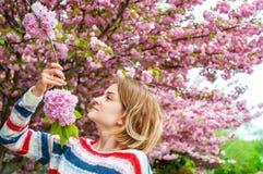 Allergia della primavera Bella donna che gode dell'albero di fioritura della natura Fotografia Stock Libera da Diritti
