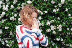 Allergia della primavera Donna che soffia vicino all'albero della molla in fioritura Fotografia Stock Libera da Diritti