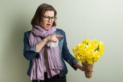 Allergia della primavera a polline La donna con il mazzo dei fiori gialli sta andando starnutire Fotografia Stock Libera da Diritti