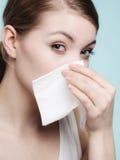 Allergia di influenza. Ragazza malata che starnutisce nel tessuto. Salute Immagini Stock