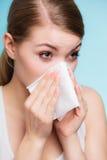 Allergia di influenza Ragazza malata che starnutisce nel tessuto salute Fotografia Stock Libera da Diritti