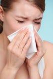 Allergia di influenza Ragazza malata che starnutisce nel tessuto salute Fotografie Stock Libere da Diritti