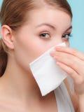 Allergia di influenza Ragazza malata che starnutisce nel tessuto salute Immagine Stock