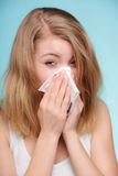 Allergia di influenza Ragazza malata che starnutisce nel tessuto salute fotografie stock