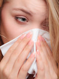 Allergia di influenza Ragazza malata che starnutisce nel tessuto salute Fotografia Stock
