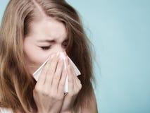 Allergia di influenza Ragazza malata che starnutisce nel tessuto salute Immagini Stock