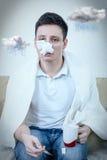 Allergia di sofferenza del polline del giovane uomo adulto Fotografie Stock