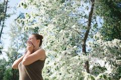 Allergia di sofferenza del polline della molla della giovane donna Stagione della fioritura del pioppo Fotografia Stock Libera da Diritti