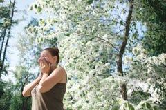 Allergia di sofferenza del polline della molla della giovane donna Stagione della fioritura del pioppo Immagini Stock Libere da Diritti