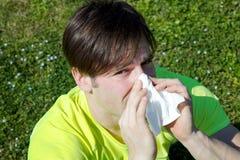 Allergia di sofferenza dell'uomo che starnutisce in primavera Immagine Stock Libera da Diritti
