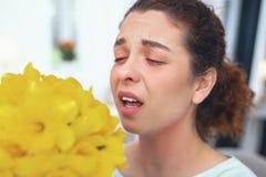 Allergia di sviluppo della donna adolescente ai fiori di fioritura Fotografie Stock