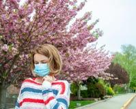 allergia L'uso della donna protegge la maschera dall'allergia del polline Fotografia Stock