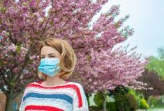 allergia L'uso della donna protegge la maschera dall'allergia del polline Fotografia Stock Libera da Diritti