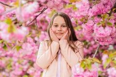 Allergibot Barnet tycker om liv utan allergi Sniffa blommor Flicka som tycker om blom- arom Pollenallergibegrepp fotografering för bildbyråer