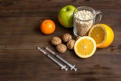 Allergie alimentari di concetto su fondo di legno Immagine Stock