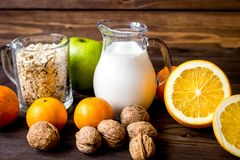 Allergie alimentari di concetto su fondo di legno Immagine Stock Libera da Diritti