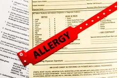Allergie-Armband über Krankenhaus-Schreibarbeit Lizenzfreies Stockfoto