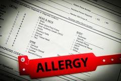 Allergie-Armband auf Schreibarbeit Stockfoto