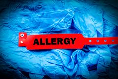Allergie auf blauen Protectice-Handschuhen Lizenzfreie Stockfotografie